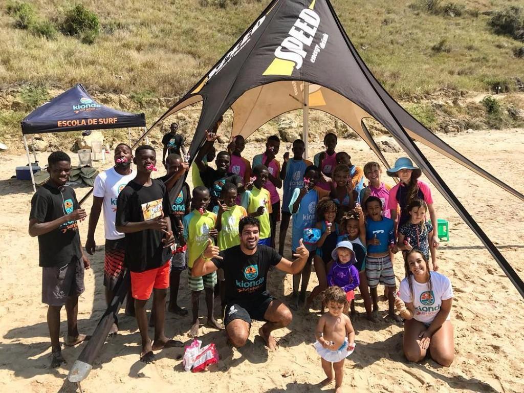 CAPTION: KiondaSurf School développe la future génération de surfeurs en Angola avec le soutien de la fédération nationale de l'ISA, FADEN. Photo: FADEN