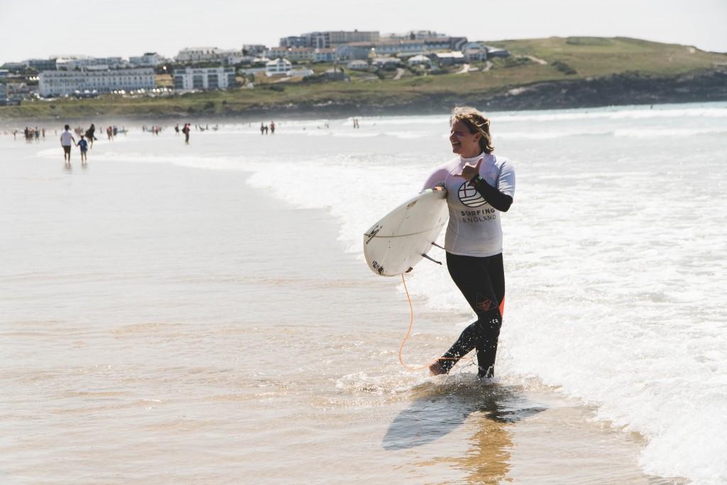 English Adaptive Surfing Open - Fistral </p> </div> <p> La compétition de surf est pour certains, mais pour d'autres comme l'athlète paraplégique Darren Edwards, le surf était un défi inconnu jusqu'à ce que cet événement lui donne un avant-goût de son pouvoir. Avec le soutien de ces incroyables bénévoles, Darren a pris l'océan pour la première fois depuis son accident il y a 18 mois et a fait sa première vague à la jubilation de ceux qui se trouvaient sur la plage. Après le surf, il a dit: «Je ne peux pas décrire ce sentiment, c'est un bonheur écrasant, mais je veux pleurer de joie», à laquelle un des volontaires a répondu «c'est ce que STOKE est!» </p> <p> tous se sont amusés avec les sponsors Stance et Pukka Herbs et ont fourni des produits à tous, tandis que Surfers Against Sewage et le Waveproject parlent du bon travail qu'ils font. </p> <p> Avec la montée de la marée et le début des finales, l'atmosphère était électrique. les surfeurs sont livrés, à la grande joie des surfeurs et des supporters. Alors que le soleil commençait à se coucher, le moment était venu de donner des récompenses et des récompenses. Darren Edwards remporte un titre inattendu «Newest Frother», suivi de Laurent Marouf qui remporte le prix «Biggest Frother» et son compatriote Benoît Moreau qui remporte la «plus grande vague de scores» avec un 7.2 – Spike Kane a recueilli son prix de l'ambassadeur mondial de Surfing England lors de l'AGA 2018 et a pris le temps de remercier tout le monde pour la croissance du sport et a noté à juste titre que «tout commence avec vous lever le matin et aller surfer». </p> <div id=