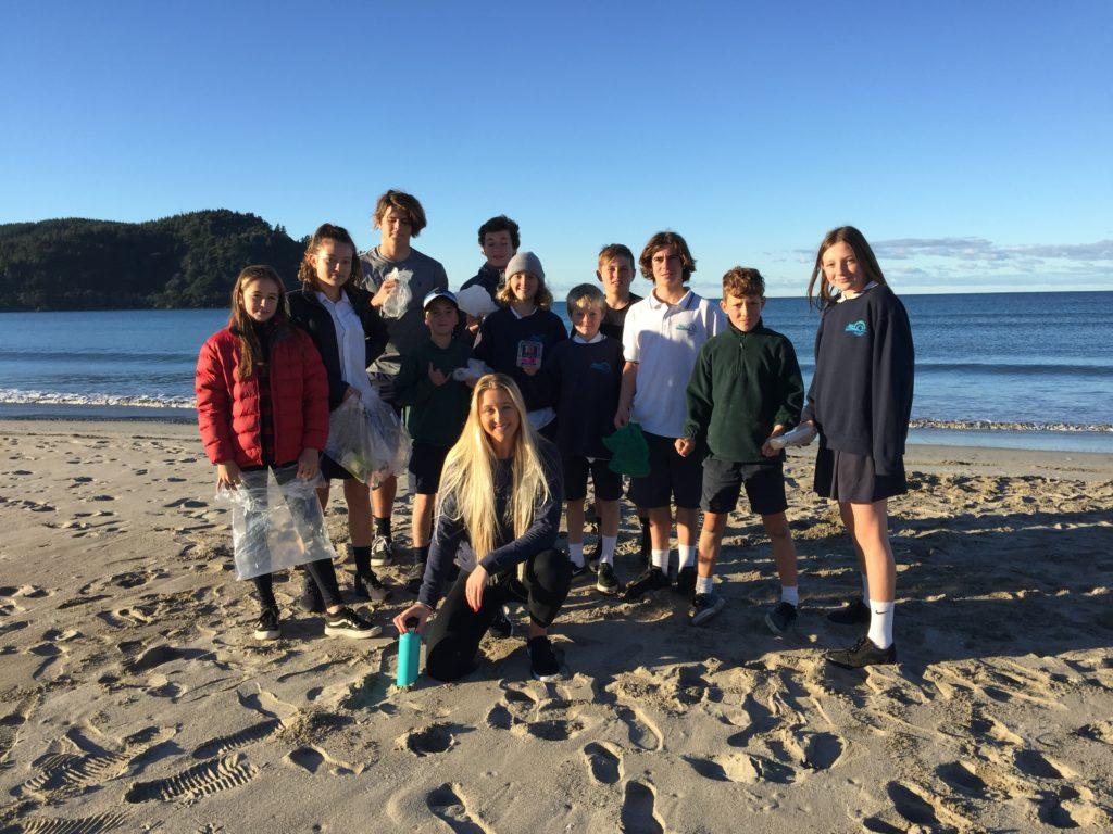 Ella Williams (NZL), membre de la Commission des athlètes de l'ISA, dirige un nettoyage des plages en Nouvelle-Zélande pour jouer son rôle dans la promotion du développement durable lors de la Journée mondiale de l'environnement.