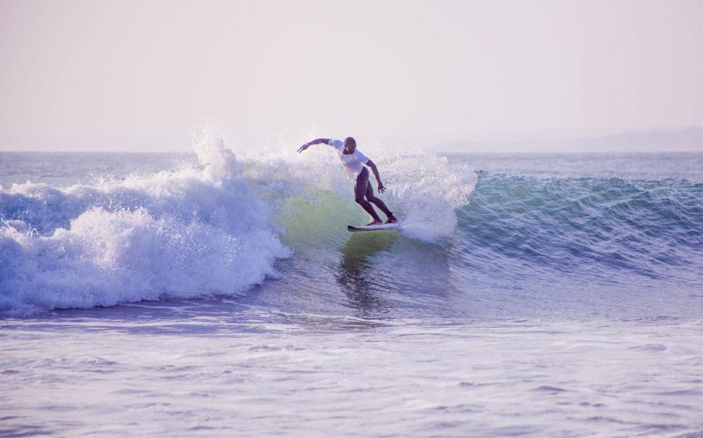 CAPTION: Un surfeur angolais participe au récent championnat national de FADEN à Cabo Ledo. Photo: FADEN