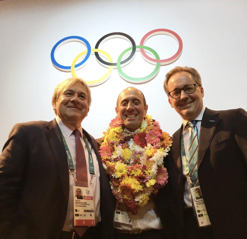 Mike Lee (à gauche) de Vero Communications aux côtés du président de l'ISA, Fernando Aguerre (au centre) et du directeur exécutif de l'ISA, Robert Fasulo, à Rio de Janeiro, après le vote du CIO.