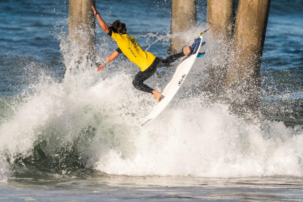 Marco Mignot (FRA) impressionne par ses manœuvres aériennes malgré sa chute face au repêchage. Mignot tentera de reprendre pied vendredi. Photo: ISA / Sean Evans