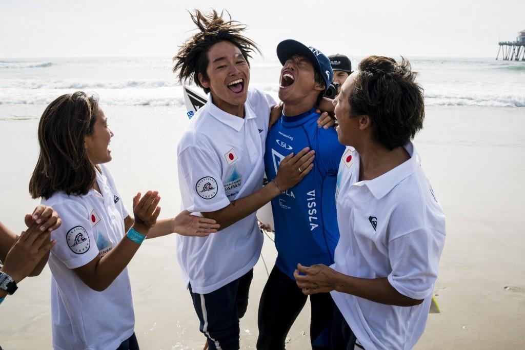 Keanu Kamiyama laisse libre cours à ses émotions après avoir remporté le Gold Boy U-18. Photo: ISA / Ben Reed