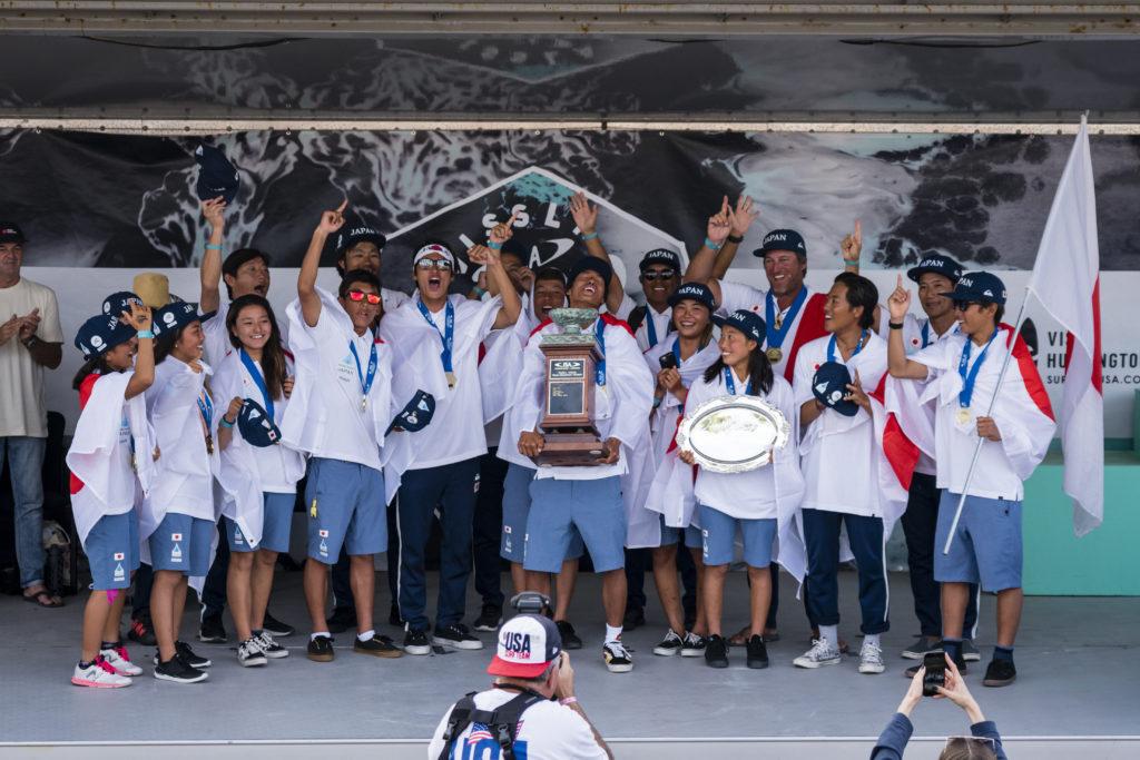 Team Japan célèbre sa toute première médaille d'or par équipe au Championnat mondial de surf junior VISSLA ISA. Photo: ISA / Ben Reed