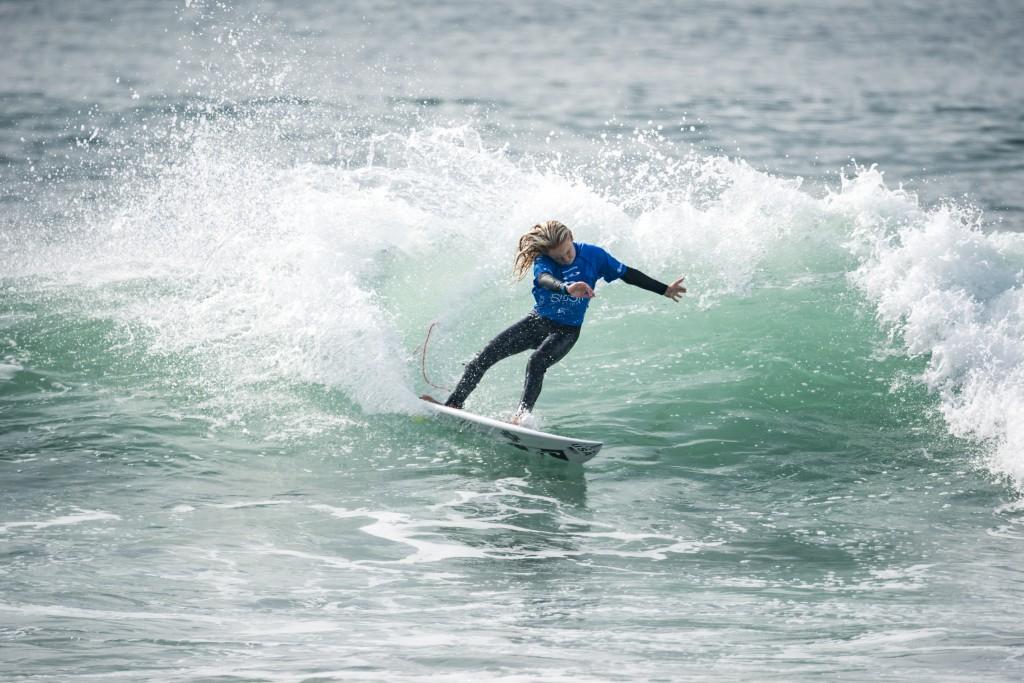 Caitlin Simmers obtient le score de vague le plus élevé de la dernière journée de compétition pour remporter la médaille d'or des moins de 16 ans chez les filles de l'équipe des États-Unis. À tout juste 13 ans, ce n'est certainement pas la dernière. Photo: ISA / Ben Reed