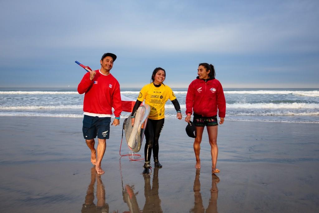 La chilienne Noemi Alvarez est tout sourire après avoir concouru sur la plus grande scène mondiale de para-surf. Photo: ISA / Chris Grant
