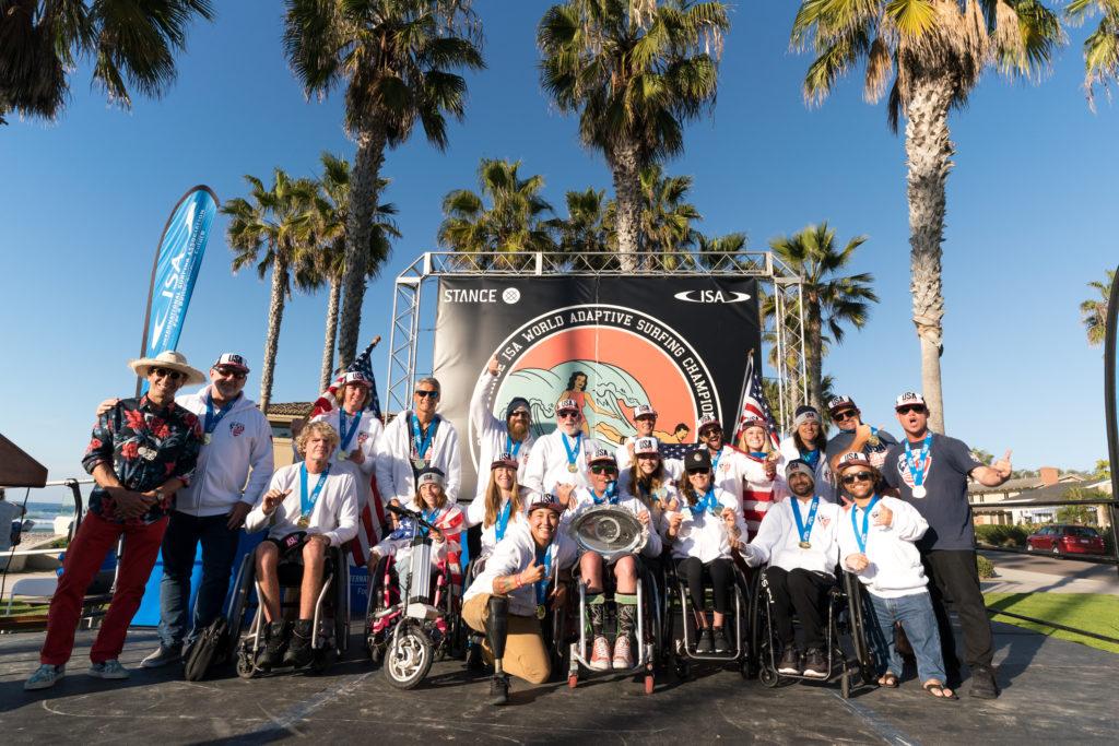 Team USA lève son tout premier trophée de champion du monde par équipe. Photo: ISA / Sean Evans