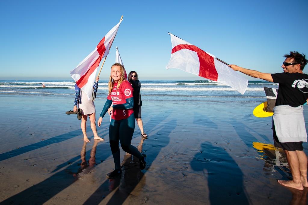 L'Angleterre Charlotte Banfield vise à remporter la première médaille d'or du surf adaptatif d'Angleterre lors de la finale de la Division AS-1 féminine. Photo: ISA / Chris Grant