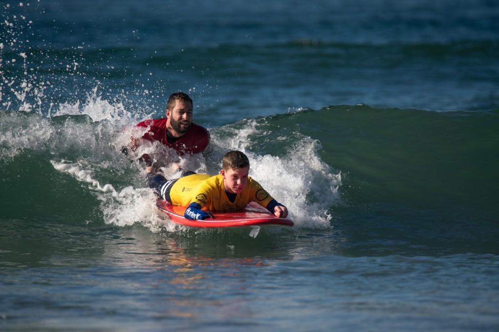 Faire participer la future génération de surfeurs adaptatifs au sport à la ISA Adaptive Surfing Clinic présentée par le programme de surf adaptatif Junior Seau Foundation. Photo: ISA / Sean Evans