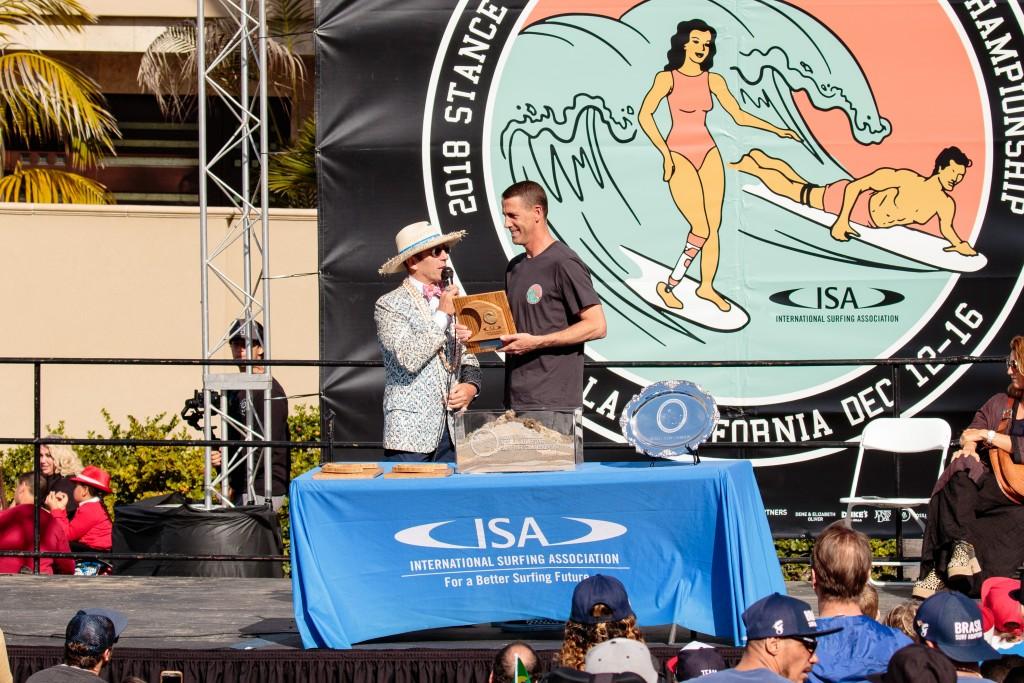 Le président de l'ISA, Fernando Aguerre, rend hommage au président de Stance, John Wilson, pour sa contribution à l'ISA et au surf adaptatif en tant que sponsor principal de l'événement. Photo: ISA / Chris Grant