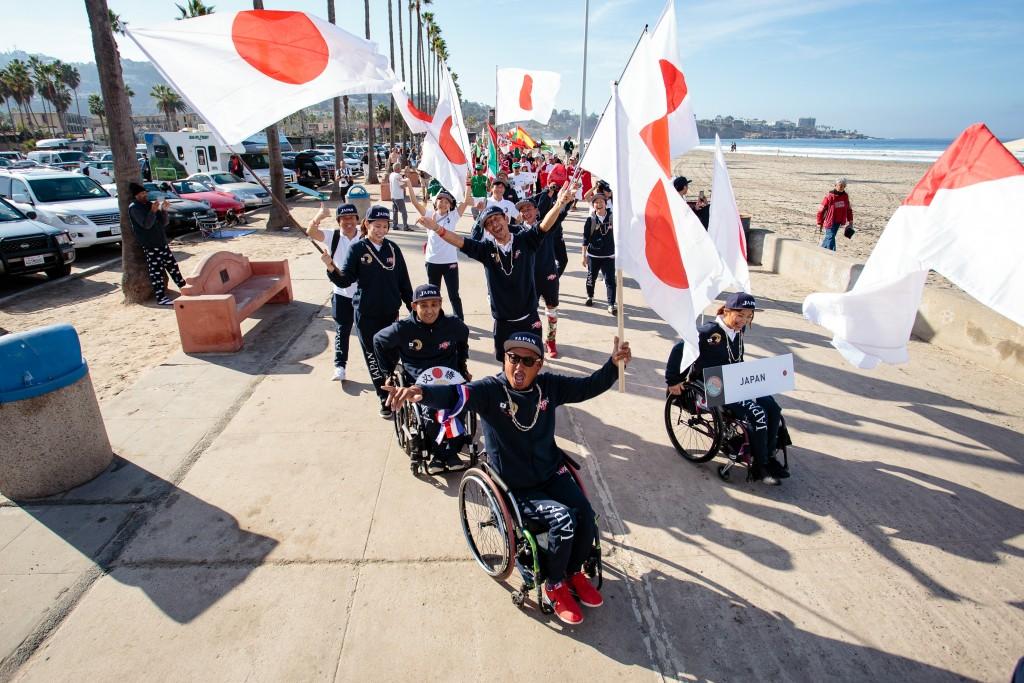 L'équipe du Japon pleine d'énergie et de fierté nationale lors du défilé des nations. Photo: ISA / Chris Grant