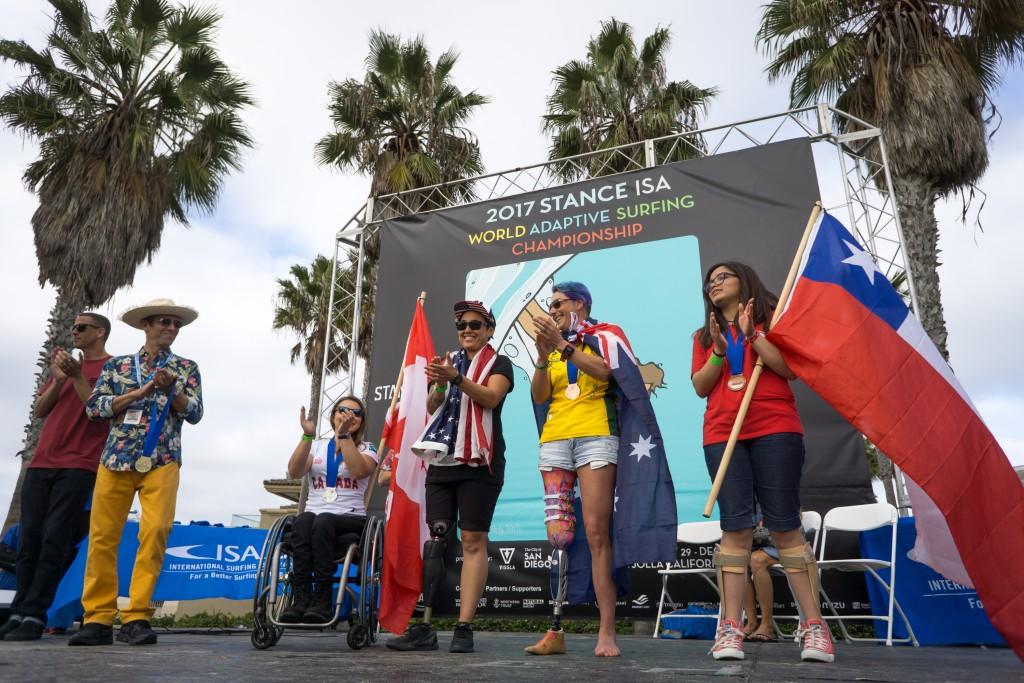La division féminine AS-2 accepte ses médailles en 2017 et l'Américaine Dani Burt remporte la médaille d'or. Photo: ISA / Sean Evans