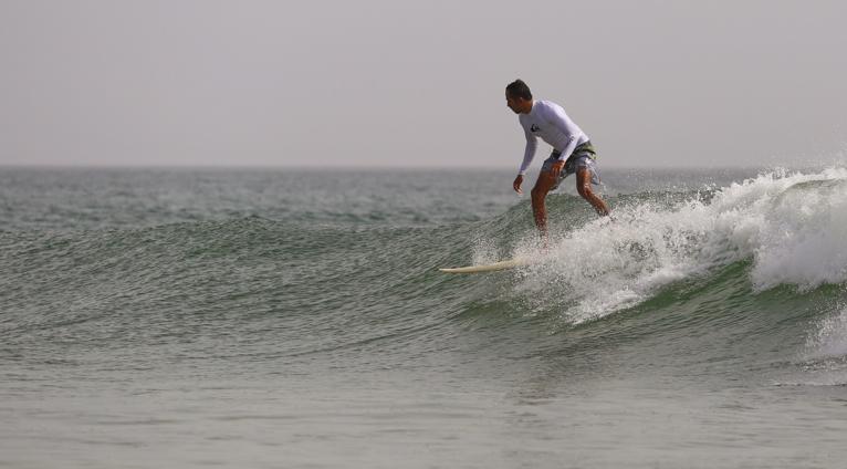 Un surfeur omanais profitant des vagues de l'océan Indien. Photo: OSA