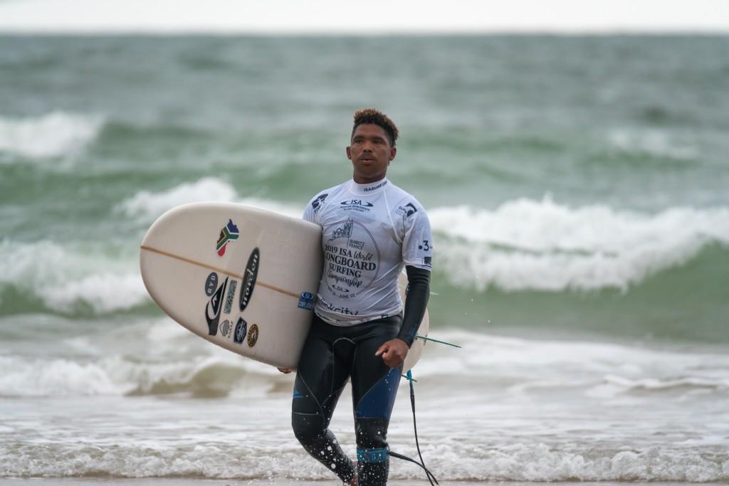 Alfonzo Pieters, d'Afrique du Sud, a changé de vie après avoir découvert le surf. Pieters s'est qualifié pour le tour 2 du Main Event lundi. Photo: ISA / Sean Evans