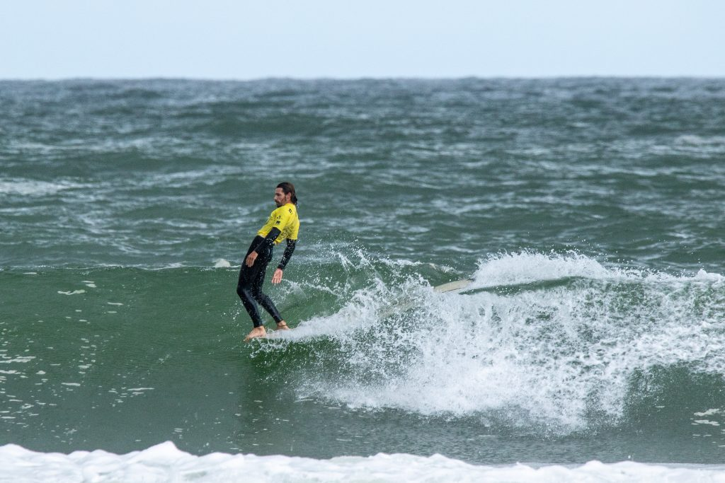 Antoine Delpero a poursuivi sur sa lancée en pratiquant un excellent surf et a remporté le premier tour parfait en dix points de l'événement. Photo: ISA / Pablo Jimenez