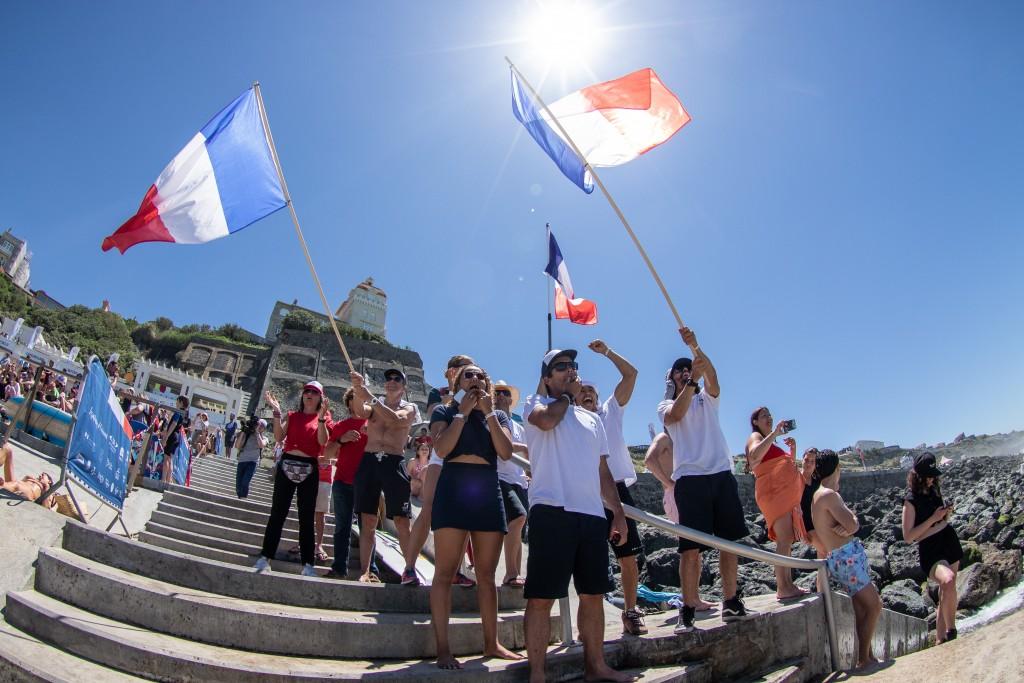 Team France construit une atmosphère électrique à Côte des Basques. Photo: ISA / Pablo Jimenez
