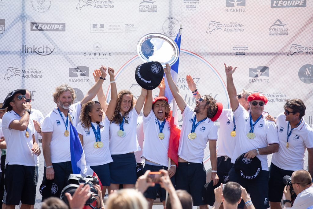 L'équipe de France célèbre sa deuxième médaille d'or ISA Longboard Team. Photo: ISA / Pablo Jimenez