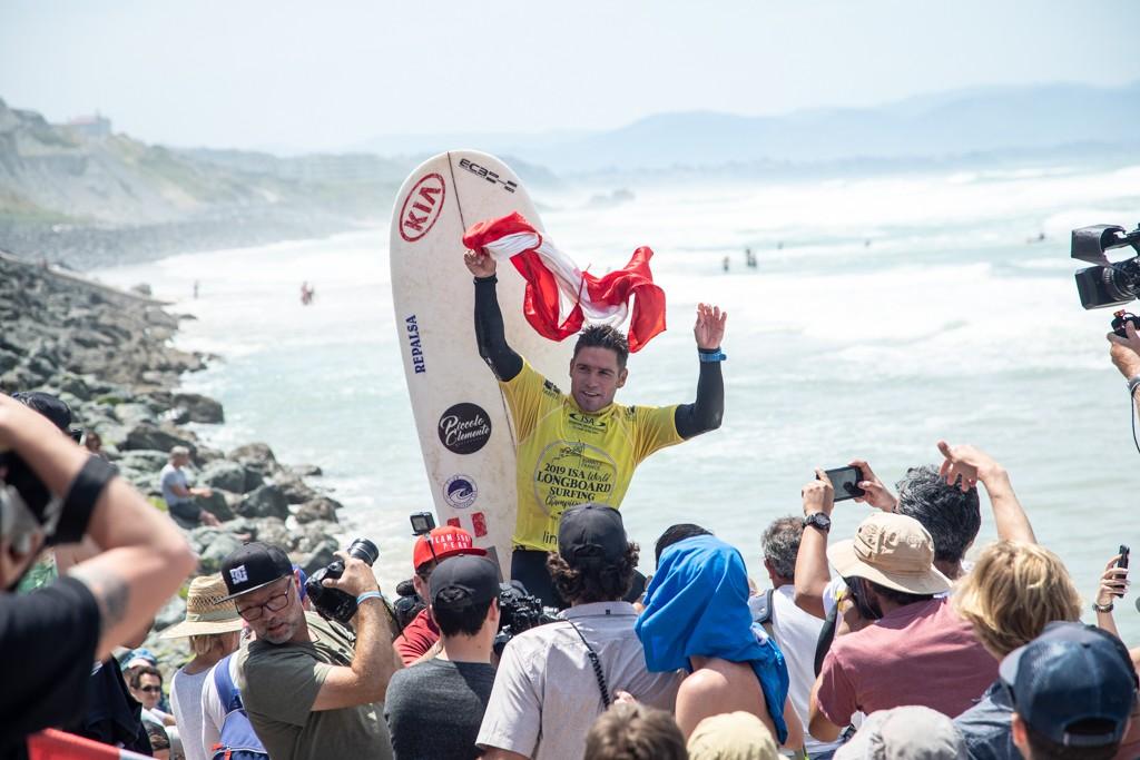 Clemente lève fièrement son drapeau pour célébrer l'or chez les hommes. Photo: ISA / Pablo Jimenez