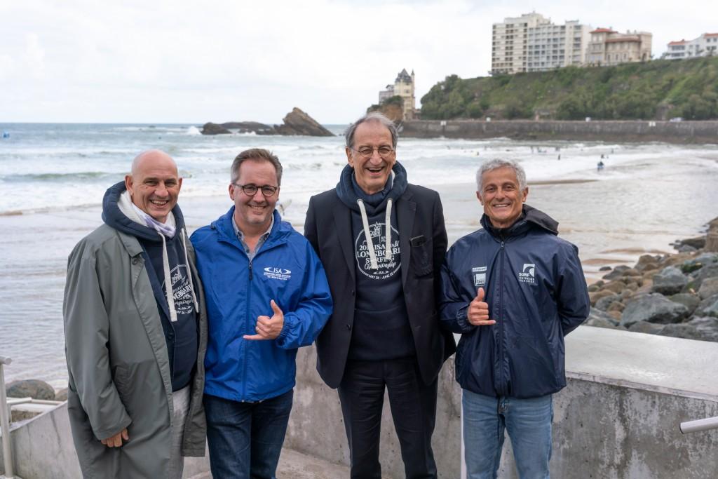 De gauche à droite: le chef des relations internationales du CNO français, Marc Chevrier, le directeur exécutif de l'ISA, Robert Fasulo, le président du CNO français, Denis Masseglia, et le président de la Fédération française de surf, Jean-Luc Arassus. Photo: ISA / Sean Evans